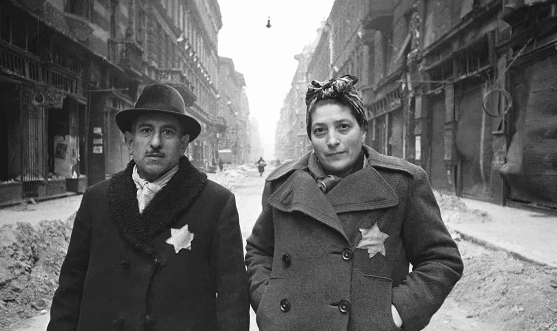 Célunk, hogy felkutassuk és összegyűjtsük a magyarországi holokauszthoz köthető összes fotót megadva a képek jelenlegi elérhetőségét.
